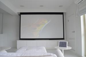 真っ白なお部屋が特徴的なリビングシアター