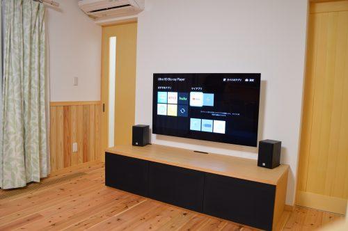 和モダンな家にリビングテレビシアターを導入