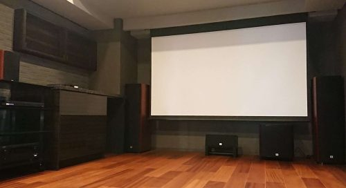 パワフルなJBLサウンドに包まれるホームシアター専用室