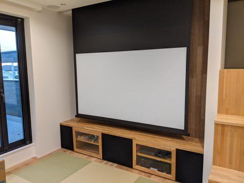 オリジナル家具ですっきり収めるリビングシアター